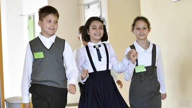 Довольные ученики в стенах школы 1 сентября