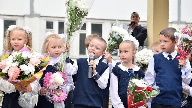 Малыши поздравляют учителей на линейке 1 сентября