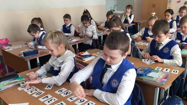 Первоклассники во время открытого урока математики