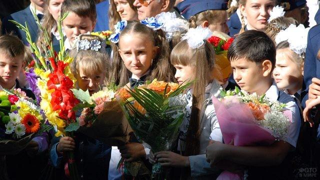 Школьники с цветами в День знаний