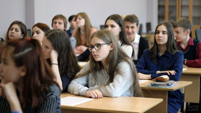 Ученики за партами во время урока