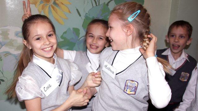 Весёлые ученики в коридоре школы 1 сентября