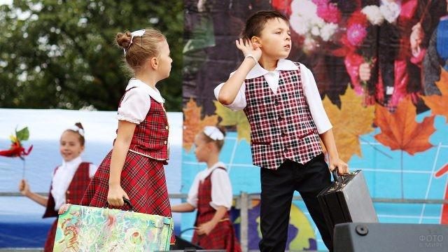 Вологодские школьники во время концерта в День знаний