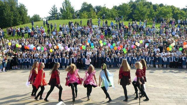 Выступление на школьной линейке 1 сентября в вильнюсской школе