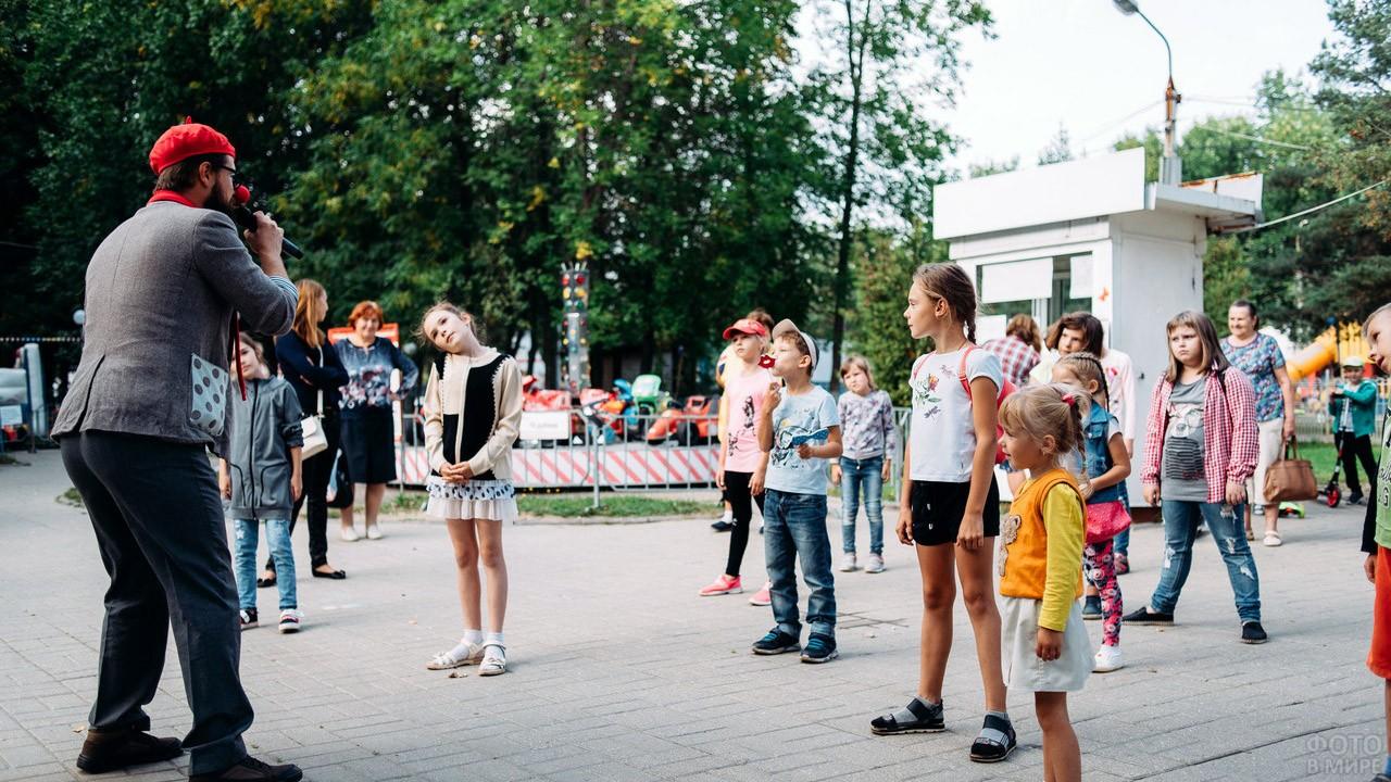 Аниматор-клоун в День знаний в городском парке