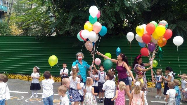 Аниматоры дарят воздушные шарики детсадовцам в День знаний