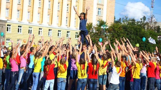 Детское выступление на городском празднике