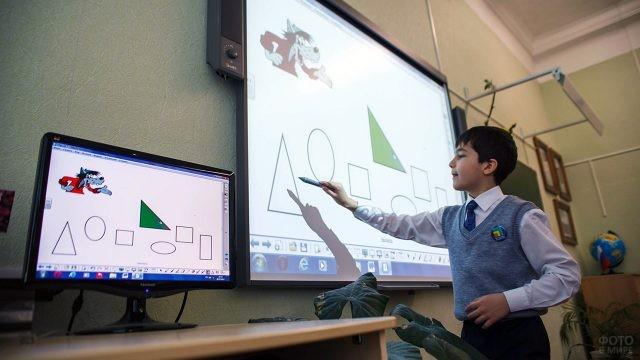 Мальчик у современной компьютеризированной доски