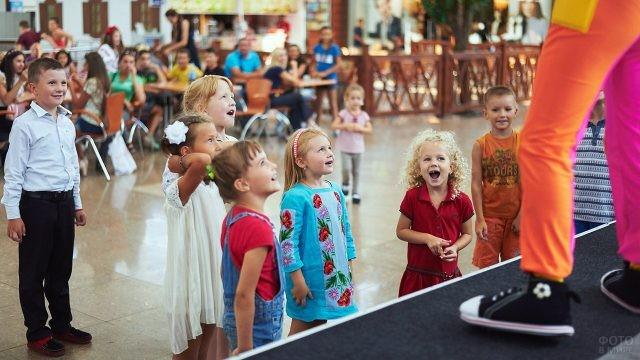 Малыши у сцены с артистами в День знаний