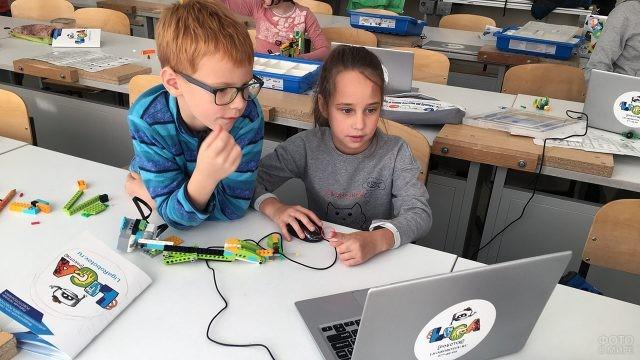 Малыши за ноутбуком во время урока робототехники