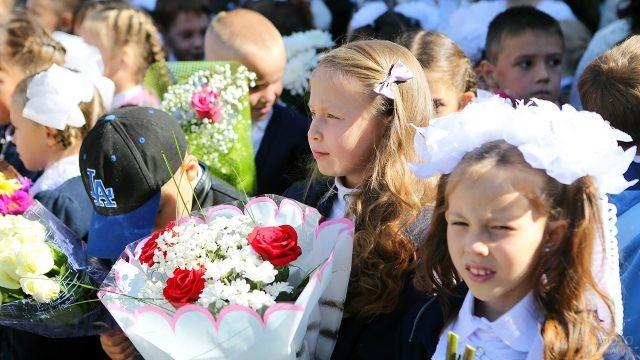 Нарядные школьники с цветами в День знаний
