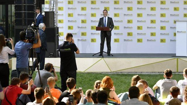 Премьер-министр выступает на празднике в День знаний в Сколково