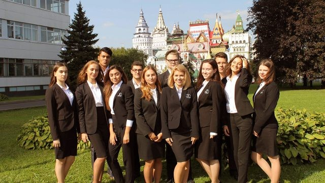 Счастливые первокурсники московского ВУЗа в День знаний