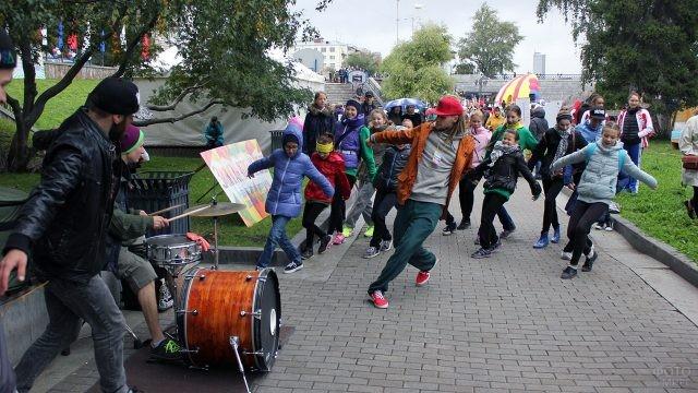 Танцевальный флешмоб в День знаний в парке Екатеринбурга