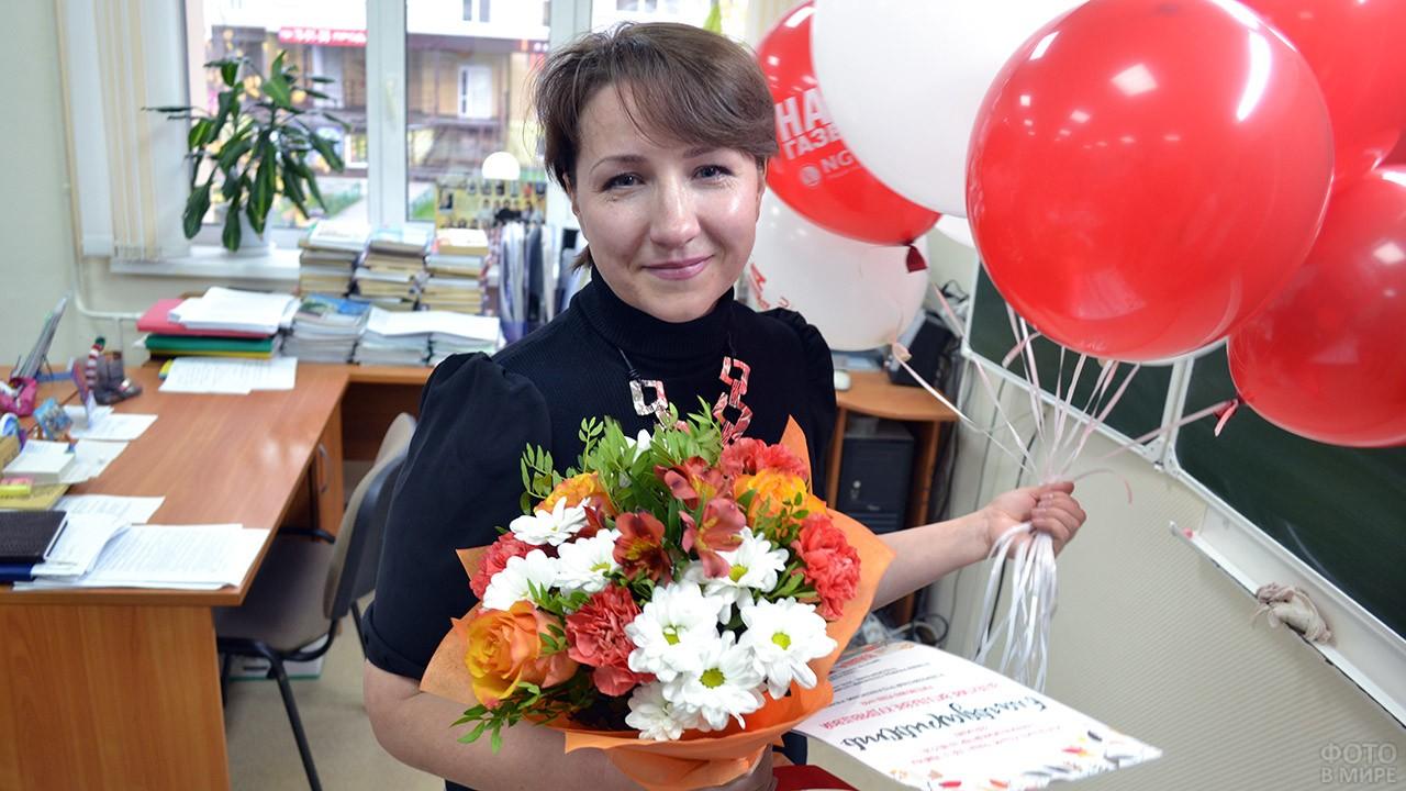 Учительница с букетом и шариками 1 сентября у доски