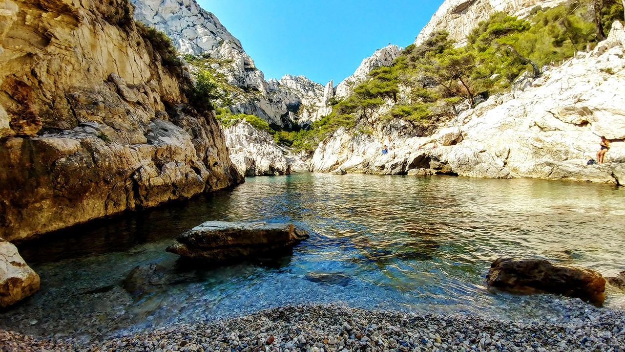 Дикий пляж между скалами Каланки