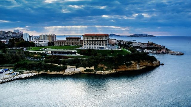 Дворец на холме над морем