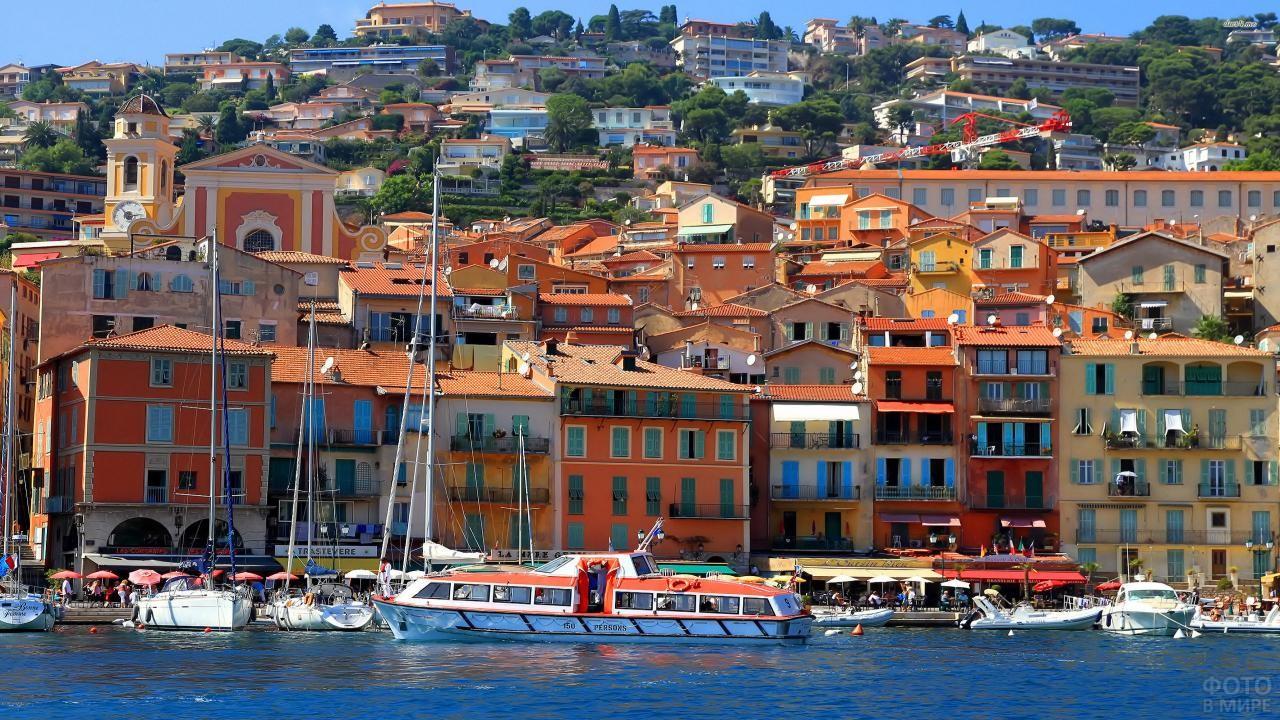 Яхты и лодки у набережной в Ницце