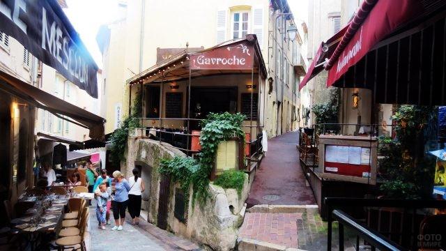 Кафе на улочке в Марселе