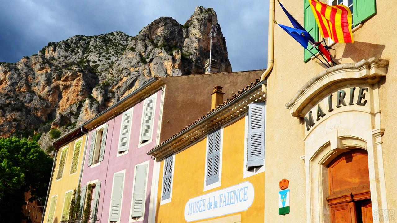 Красочные фасады домов в курортной деревушке Французской Ривьеры