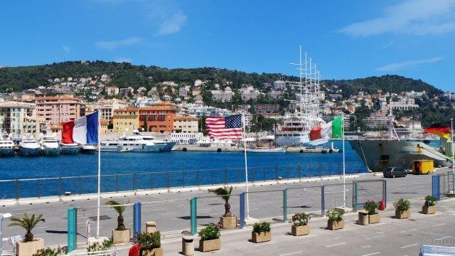 Международные флаги в порту Ниццы