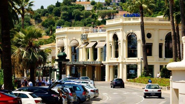 Пальмы и парковка у казино в Ницце