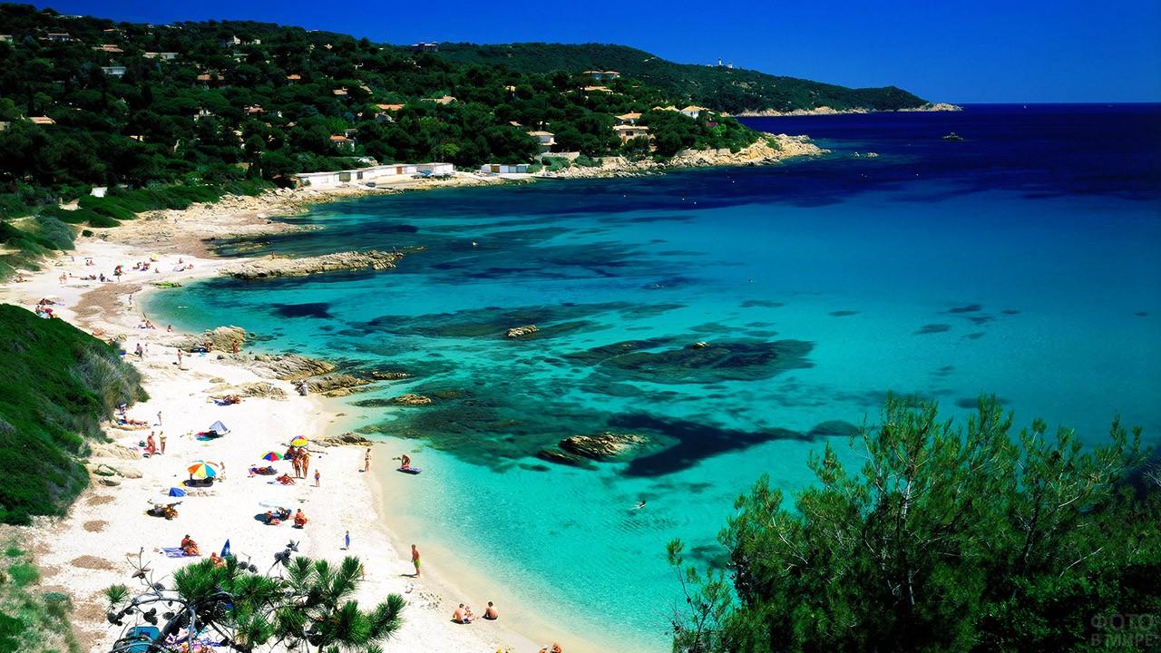 Панорама дикого пляжа близ Сен-Тропе