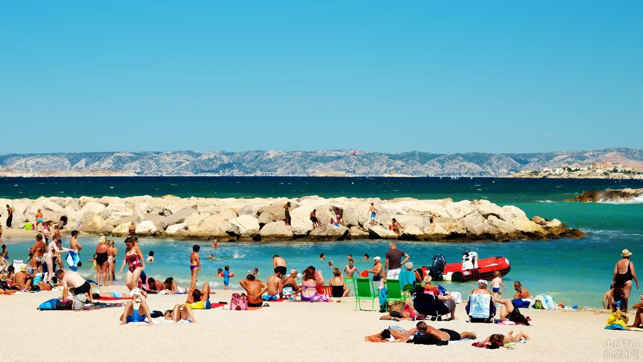 Туристы на пляже в Марселе