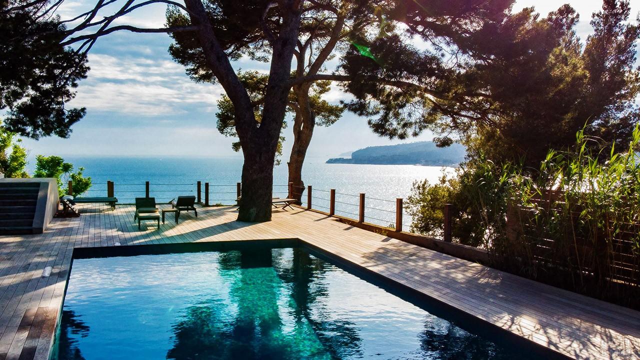 Веранда виллы с бассейном на берегу Средиземного моря