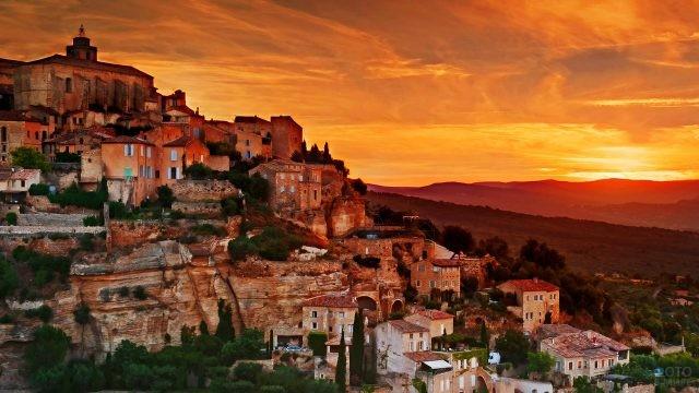 Закат над живописным старинным городком Горд