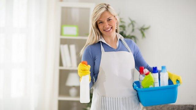 Блондинка с тазиком чистящих средств