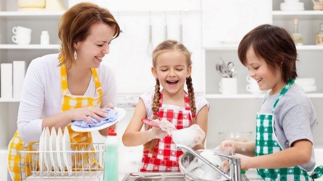 Дети помогают маме мыть посуду
