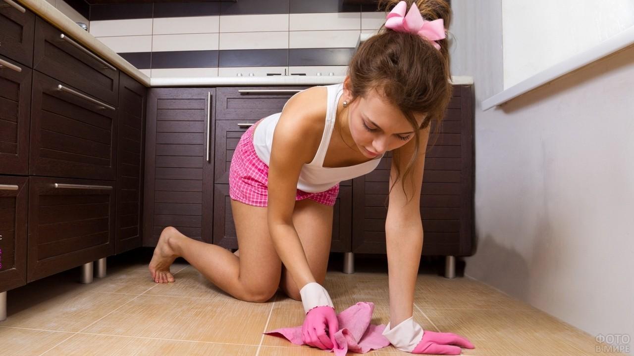 Девушка в розовых перчатках моет пол