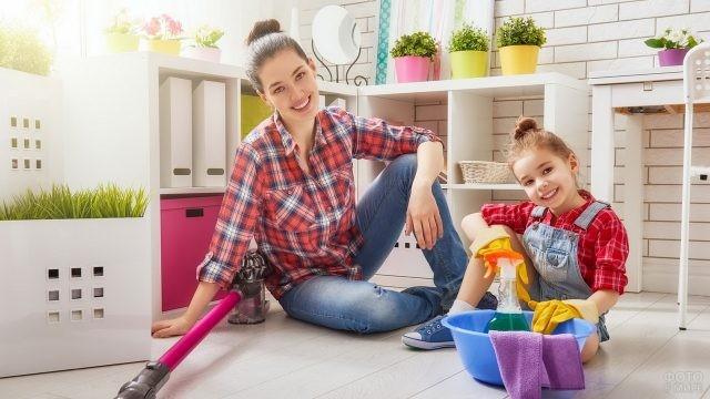Мама с дочкой отдыхают после уборки