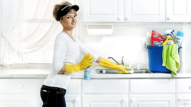 Милая девушка чистит раковину