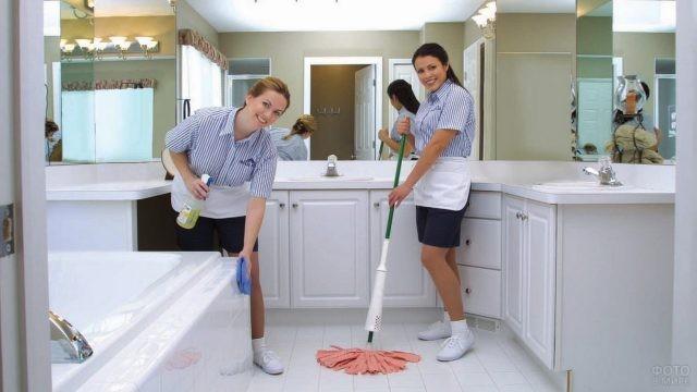 Счастливые девушки моют ванную