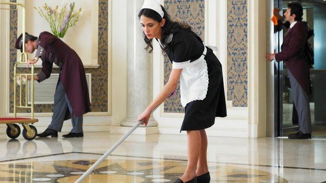 Уборщица моет пол в гостинице
