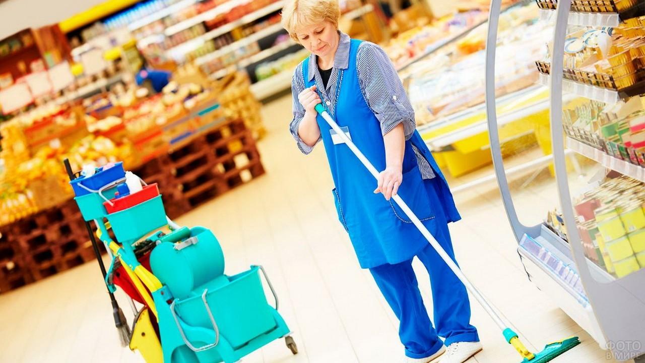 Уборщица супермаркета в возрасте