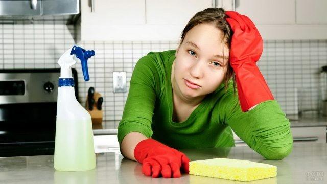 Уставшая уборщица облокотилась на стол