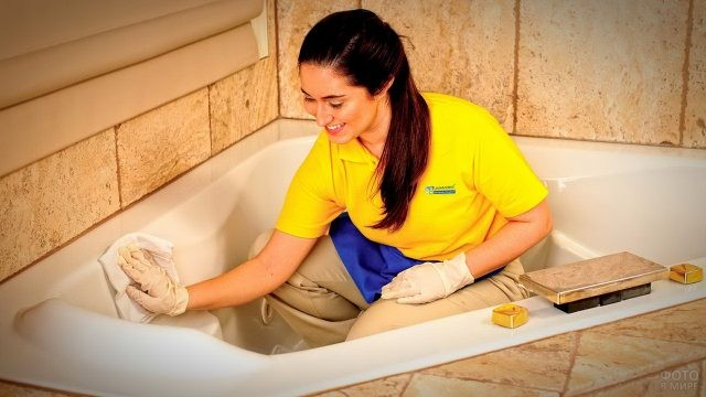 Женщина отмывает ванну