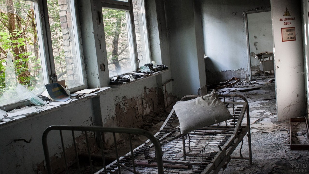 Беспорядок в заброшенном здании