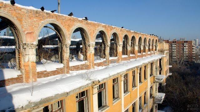 Фасад старой больницы в Екатеринбурге
