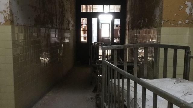Каталки в коридоре больницы