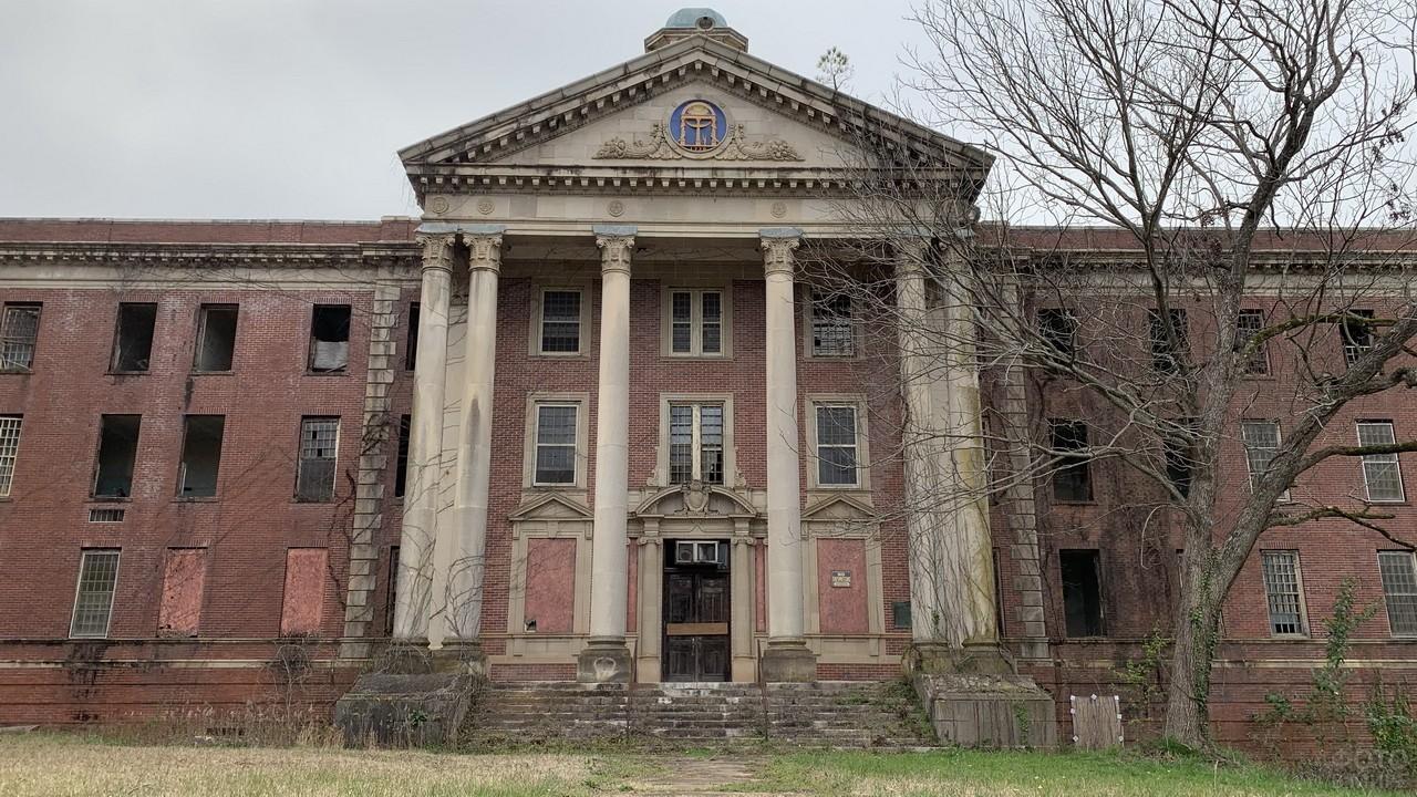 Кирпичное здание старой больницы
