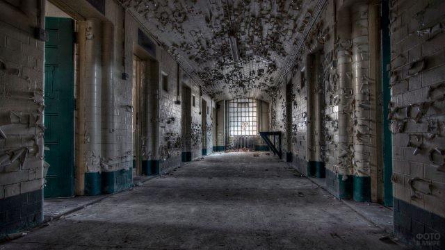 Облупившийся коридор заброшенной больницы