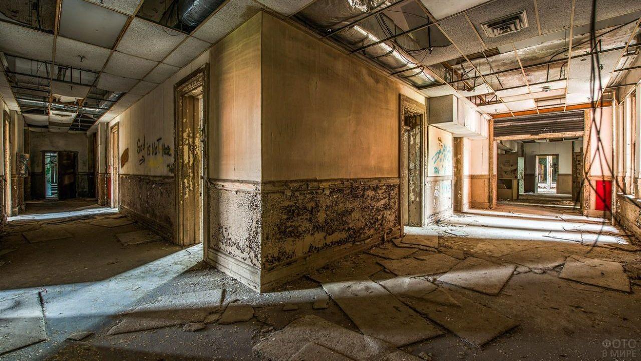 Поворот в коридоре заброшенной больницы