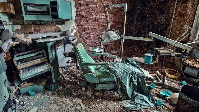 Старый кабинет врача в зелёных цветах