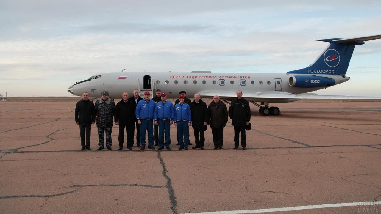Люди на фоне самолёта