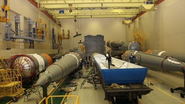 Работники Роскосмоса в производственном помещении