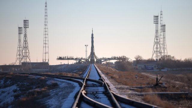 Ракета на стартовой площадке с железной дороги